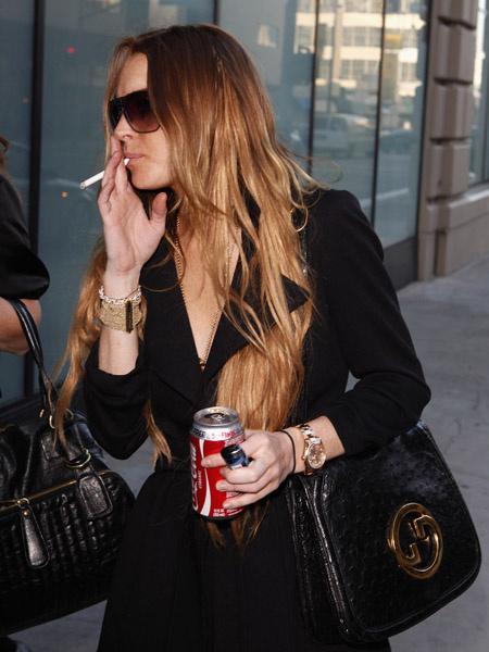 - А моя жена курила как паровоз — ну я ей конфетки сосательные стал вместо сигарет давать. — И что?! — Курить бросила!