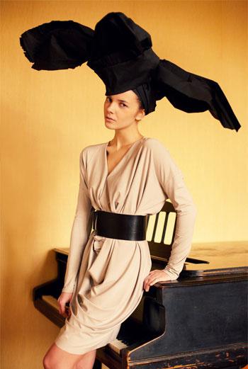 INSHADE «Предположим, что это такой лепесток, который нежно обнимает тело. Цвет – жемчужная вариация цвета nude, всегда украшающего. А еще это платье хитрое – хотелось, чтобы драпировки декорировали, но не прибавляли фигуре объема, поэтому оно облегает в выгодных местах. Компактные рукава и плечики, на спине нет лишнего объема, а драпировка на талии позволяет есть пирожные и не бояться ничего!» МАРИЯ СМИРНОВА
