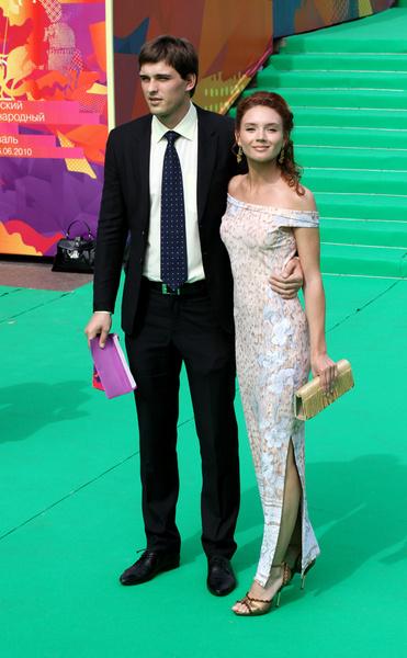 Актер Василий Степанов с подругой