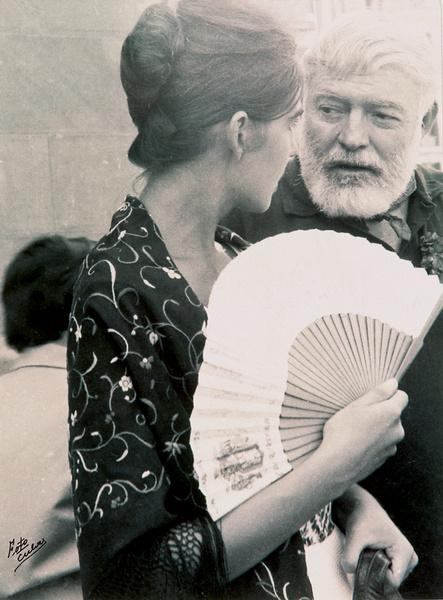 Писатель Эрнест Хемингуэй однажды подарил голливудской актрисе Аве Гарднер, с которой был очень близок, сумочку Loewe.
