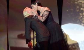 Видео дня: страстный поцелуй Моники Беллуччи в Каннах