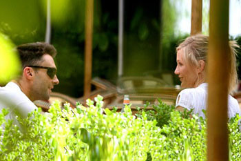 Адам Левин и Камерон Диас во время обеда