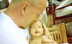 Брюс Уиллис показал фото новорожденной дочери