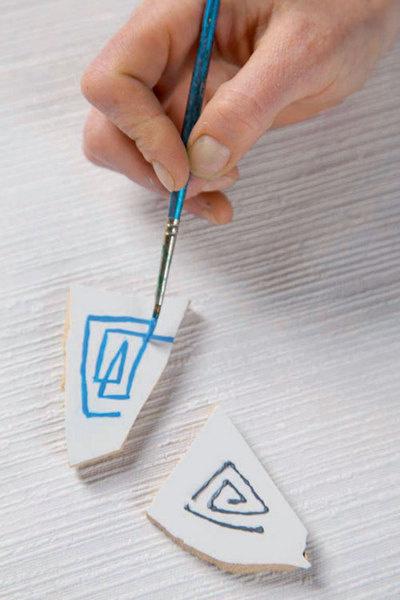 На отдельные «тессеры» с помощью краски по керамике и кисти наносят узор.