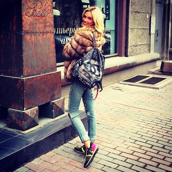 Виктория Лопырева с рюкзаком Chanel