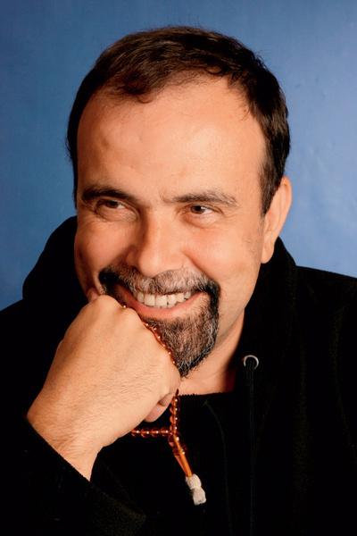 Дмитрий Морозов – основатель терапевтического сообщества «Китеж» и нового поселка для детей-сирот «Орион», автор книги «Техника безопасности для родителей детей нового времени» (Рипол классик, 2007).