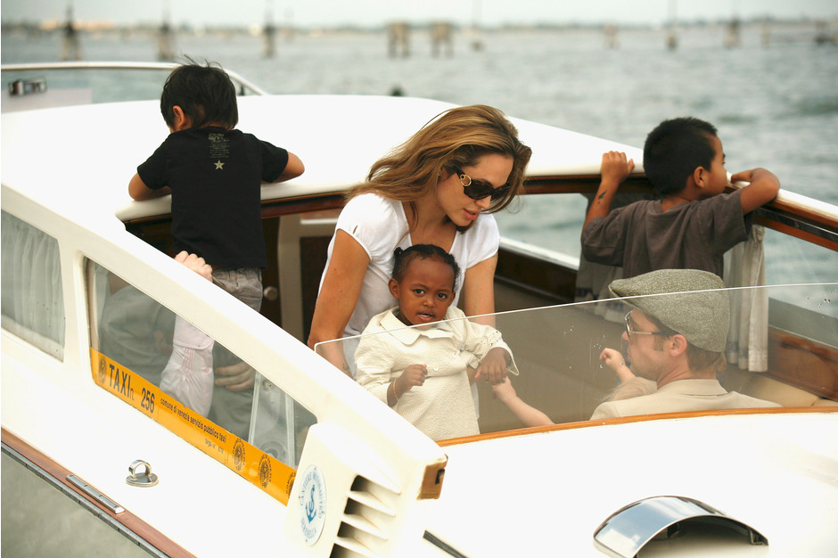 Брэд Питт и Анджелина Джоли с детьми фото