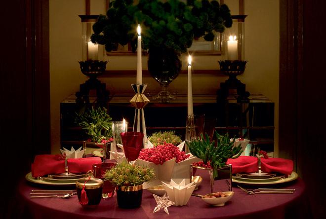 Ножи, ложка, от 11 628 руб. за набор из 6 предметов, обеденная и десертная вилки, 12 312 руб. за набор из 6 предметов, все — Rosenthal. Тарелки, Haviland, от 4079 руб. Стакан для воды красный, 1794 руб., фужеры для вина, 1882 руб. каждый, фужеры красные, 2213 руб. каждый, все — коллекция Time Square, IVV. Подсвечник L'etoile, 64 600 руб., подсвечник Zvezda, 5700 руб., ваза Estella, 44 840 руб., белый восьмиугольный подсвечник Tähti, 10 830 руб., все — Sieger by Fürstenberg. 7 Канделябр, Rosenthal, 5244 руб. Чаши, 6080 руб. каждая, кубок для шампанского, коллекция Sip of gold Noir, 9880 руб., все — Sieger by Fürstenberg. Подсвечник-звезда, Rosenthal, 3040 руб. Все предметы — «Дом Фарфора».