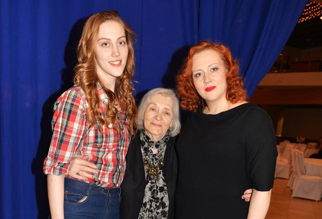 Юлия Ауг с мамой и дочкой: фото