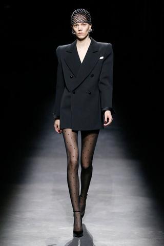 Объемные плечи, неоновые платья и Катрин Денев на шоу Saint Laurent