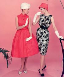 В осеннем показе Balenciaga дизайнер Николя Гескьер затягивает талию в духе диоровского стиля нью-лук.
