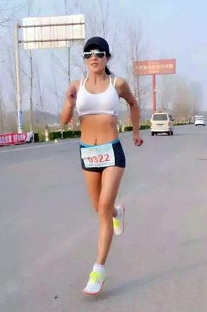 50-летняя китаянка выглядит на 30 благодаря плаванию