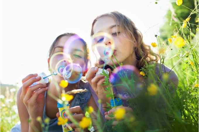 Девочки среди цветов
