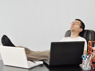 Офисный работник, отдыхающий в перерыв