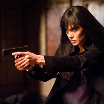 Во время исполнения роли сексуальной шпионки Джоли приходилось частенько бегать в туфлях на каблуках.