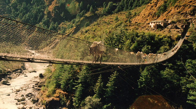 Этот длинный подвесной мост находится в Непале - неподалеку от деревни Гаса (Ghasa). Мост является важным звеном, соединяющим между собой несколько поселений, поэтому по нему не только ходят люди, но и целыми стадами перегоняется скот.