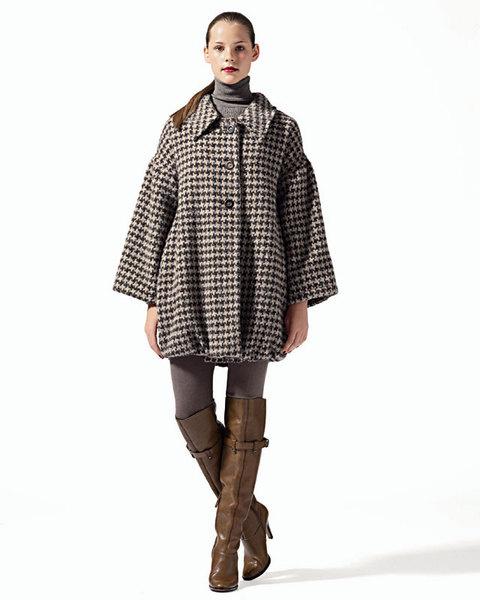 Пальто из шерсти букле, C'est Comme Вa;водолазка из вискозы, Tricot Chic;легинсы, Calzedonia;сапоги из кожи, Moschino