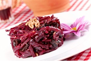 Салат из свеклы с черносливом: простота в деталях