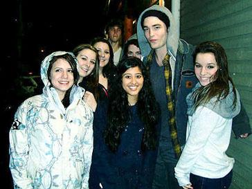 Роберт Паттинсон (Robert Pattinson) в окужении фанаток