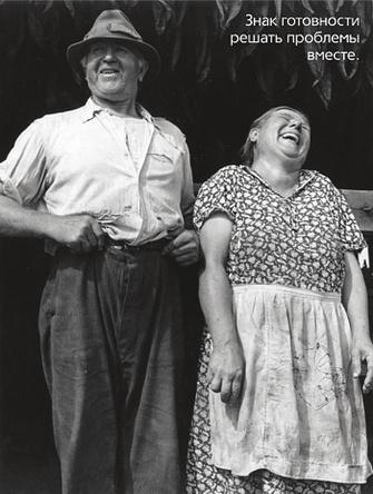 Смеющаяся пожилая пара.