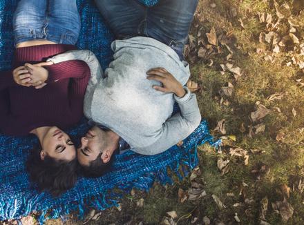 Романтическая пара в лесу