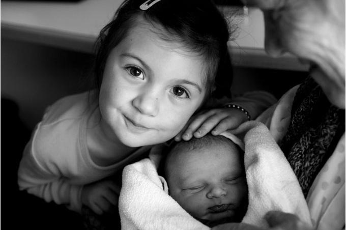 Новорожденный и старшая сестра