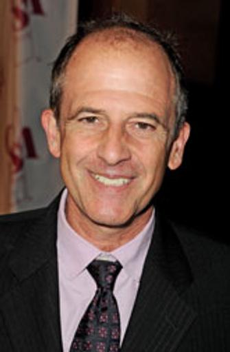 Майкл Хоффман, американский режиссер, за 30 лет работы пробовал себя в разных жанрах – мелодрамы («Один прекрасный день», 1996), комедии («Сон в летнюю ночь», 1999), драмы и исторического кино («Королевская милость», 1995).