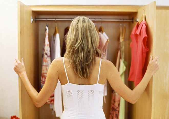 Пару платьев – долой, чтобы освободить место для мужских вещей