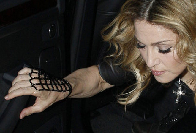 Мадонна прячет руки, чтобы не выдать свой возраст
