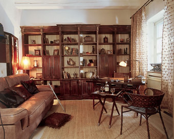 Библиотека в кабинете хозяина сделана по эскизам Ирены. Столы и стулья - от Smania, аксессуары - от Maitland-Smith и из салона «Английские Интерьеры».
