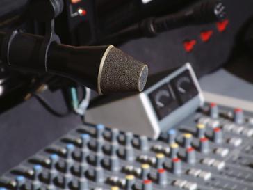 Откючить микрофоны и камеры придется сотням сотрудников, оставшихся без работы