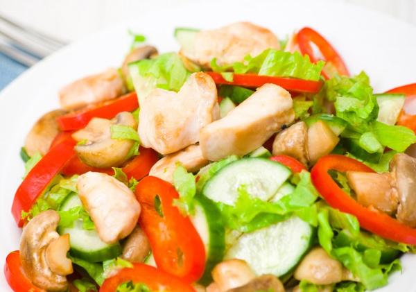 Салат с курицей и маринованными шампиньонами