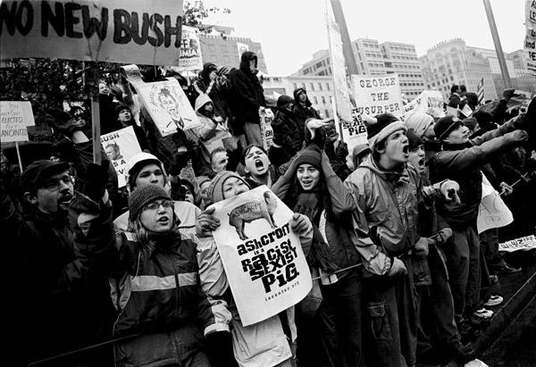 Демонстрация протеста против инаугурации Президента США Джорджа Буша на площади Свободы. Вашингтон, 2001 год.