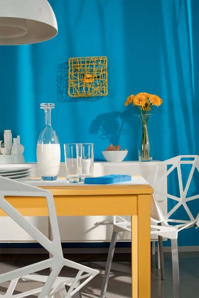 У оригинальных по форме и исполнению стульев есть важное достоинство: они пропускают свет, а потому не загромождают пространство. Желтый цвет использован очень аккуратно. Колористическая ставка сделана на обеденный стол и немногочисленные аксессуары.