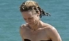 Ванесса Паради купается топлес