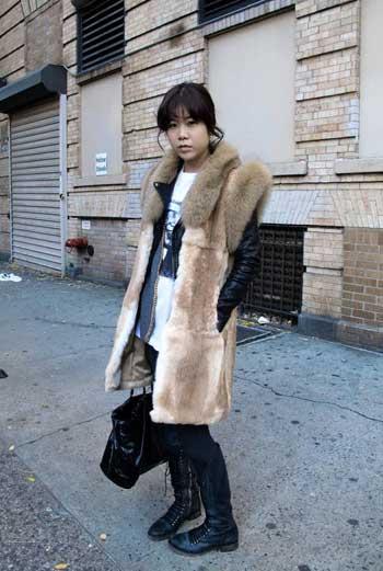 Жительница Нью-Йорка надевает меховой жилет поверх короткой черной куртки, дополняя комплект белой майкой с принтом. Грамотное сочетание джинсы, кожи и меха.