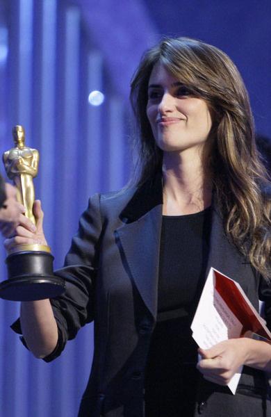 Пенелопа Крус с муляжом Оскара