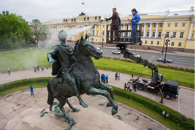Виллаш-Боаш и Вячеслав Малафеев помыли Медного всадника: фото