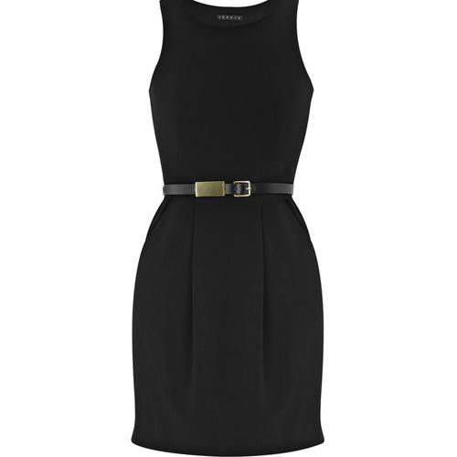 Платье с тонким кожаным ремешком.