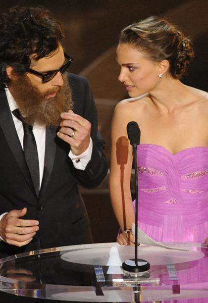 Комик Бен Стиллер и актриса Натали Портман вовсю дурачились на сцене