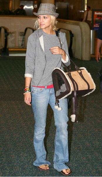 Эшли Симпсон смешивает спорт и рок'н'ролл, надевая одновременно спортивную кофту и шляпу.