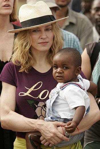 Мадонна и Дэвид Банда, которого поп-дива усыновила в в 2006 году