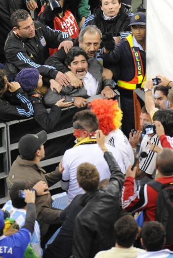 Диего Марадона выясняет отношения с немецкими фанатами после ракового для него матча Аргентина-Германия 0:4.