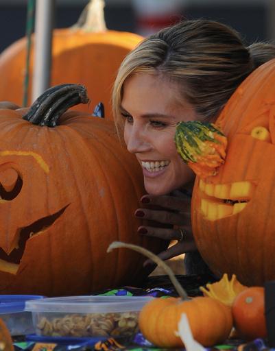 Хайди Клум по привычке устроила фотосессию. На этот раз модель фотографировалась с тыквами.