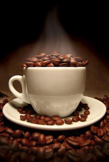 Спитый натуральный кофе можно использовать в качестве косметического средства. Например, для приготовления скраба.