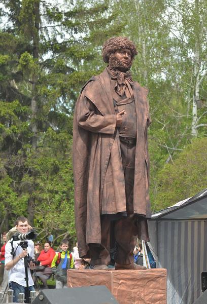 Живой памятник поэту год назад был в центре внимания в Первомайском сквере.