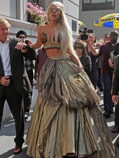 Леди ГаГа (Lady GaGa) в объемной юбке в пол