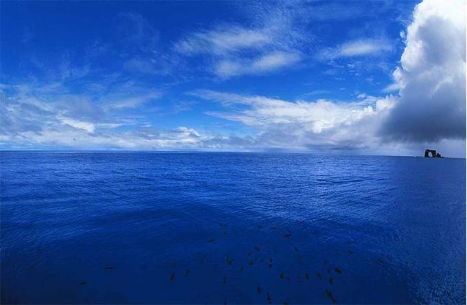 Много голубого / Остров Дарвина / Тихий океан«И Небо одно. И Время одно. Просто мы видим по разному, чувствуем, слышим и считаем. Две тысячи лет новой эры и бесконечность – до. А у других какие наши годы? Радуйся сам. Никого не заставляй. Хотя