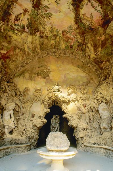 Грот (1592) Бернардо Буонталенти и сегодня украшает сады Боболи во Флоренции.