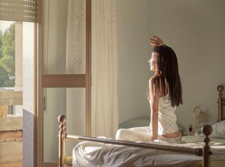 Женщина сидит в постели